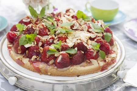 gateau: Strawberry cake with almonds and mint