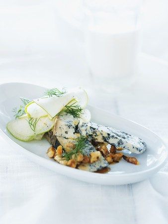 Blue cheese with nuts and honey sauce