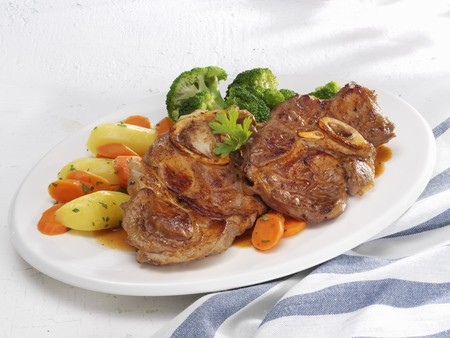 Ossobuco with carrots, potatoes and broccoli LANG_EVOIMAGES