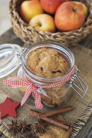 galletas integrales: Galletas integrales de Navidad hechas de manzana y ciruelas secas