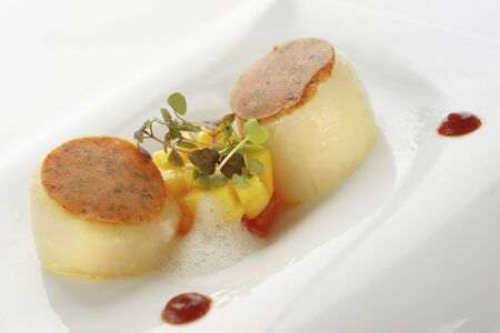 Pan-fried scallops with mango and chilli sauce LANG_EVOIMAGES