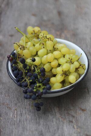 Grapes in an enamel bowl LANG_EVOIMAGES