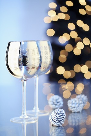 motivos navideños: Two silver wine glasses printed with Christmas motifs