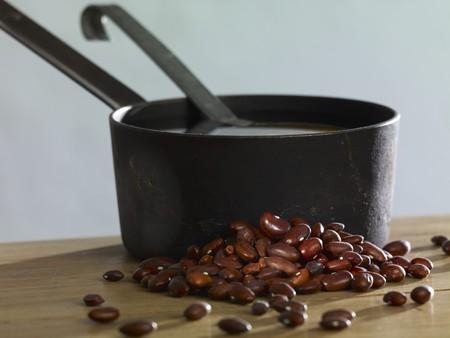 borlotti beans: Borlotti beans and a saucepan LANG_EVOIMAGES