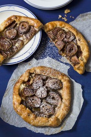 galettes: Fig galettes with icing sugar (seen from above) LANG_EVOIMAGES