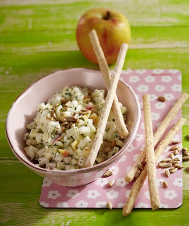 gressins: Apple and kohlrabi coleslaw with breadsticks and sunflower seeds