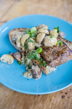 An open sandwich topped with steak and mushrooms LANG_EVOIMAGES