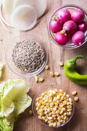 Ingredientes para una ensalada con Truman, maíz dulce, rábanos y pimientos verdes