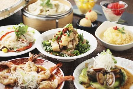 ganado: Varios platos en un buffet chino