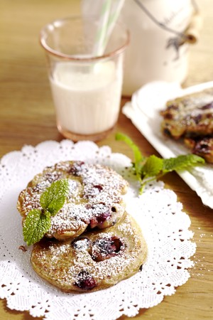 chic: Huckleberry cakes with icing sugar