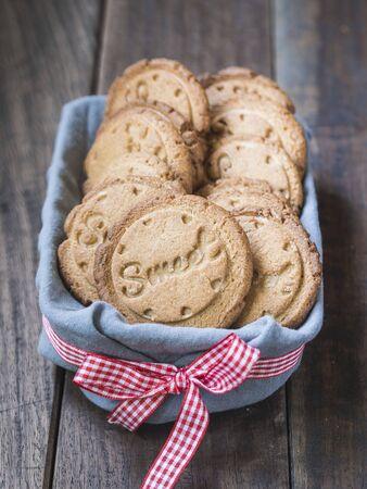 """galletas integrales: Galletas saludables de cardamomo estampadas con la palabra """"dulce"""""""
