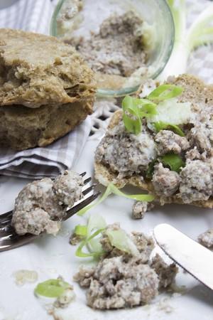 carnes y verduras: Pato de hígado de pato con cebollas de primavera en ciabatta integral