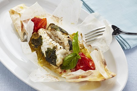 Cod cooked in parchment paper with tomatoes and herbs LANG_EVOIMAGES