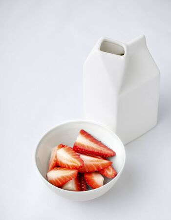 Fresh strawberries and milk LANG_EVOIMAGES