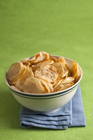 A bowl of baked potato crackers LANG_EVOIMAGES