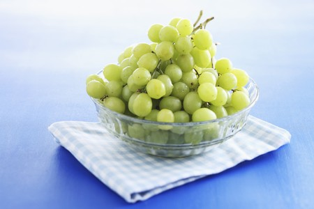 Fresh grapes in a glass bowl LANG_EVOIMAGES