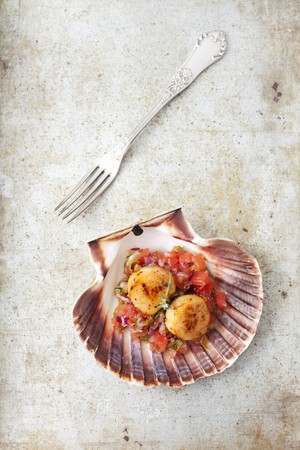 coquille: Fried scallops on tomato salsa
