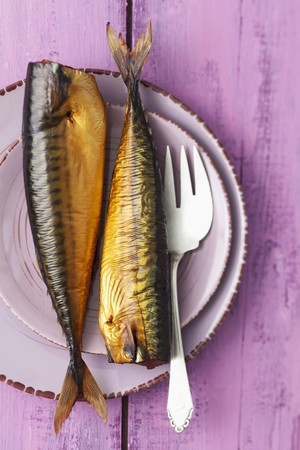 pinky: Smoked mackerel on a plate with a fork LANG_EVOIMAGES