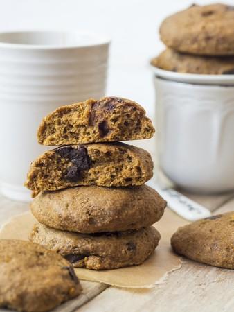 galletas integrales: Vegan integral deletreado galletas de calabaza con chips de chocolate con té