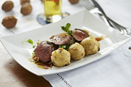 Saddle of venison with rosehip sauce and semolina dumplings LANG_EVOIMAGES
