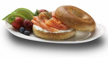 Bagel with cream cheese, gravd lax and fruit LANG_EVOIMAGES