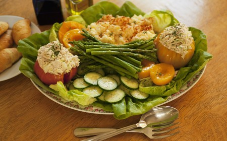 Tuna-stuffed tomatoes, and various vegetables on a serving platter LANG_EVOIMAGES