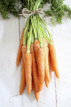 Bunches of fresh carrots LANG_EVOIMAGES