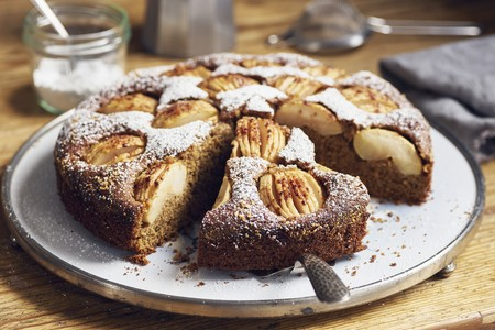 Sunken apple cake with wholemeal flour and coconut blossom sugar, sliced LANG_EVOIMAGES