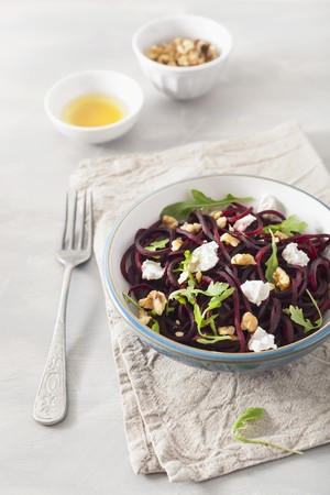 Raw spiralized beet salad with goat cheese and walnuts LANG_EVOIMAGES