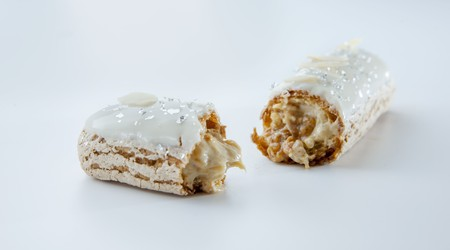 An almond eclair LANG_EVOIMAGES