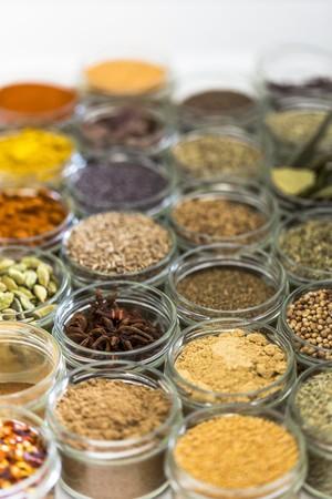 produits alimentaires: Petits pots en verre d'épices mélangées