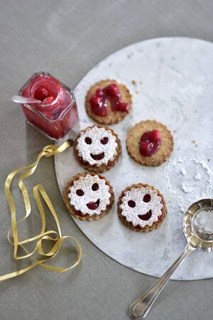 Smiley cookies with cranberry jam LANG_EVOIMAGES