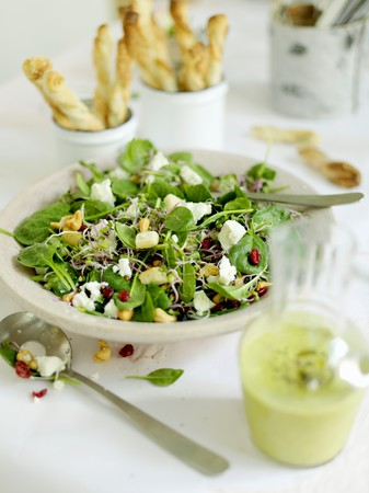 Green salad with sprouts, feta and cashews LANG_EVOIMAGES