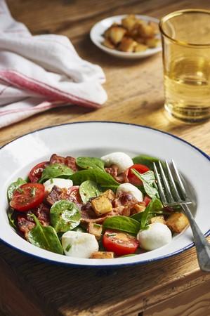 pancetta cubetti: Insalata con spinaci, pomodori, mozzarella, crostini di patate e pancetta LANG_EVOIMAGES