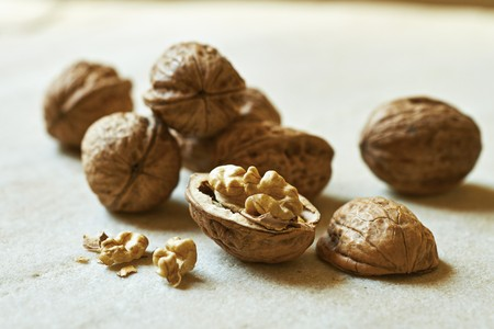 Walnuts, whole and halved LANG_EVOIMAGES