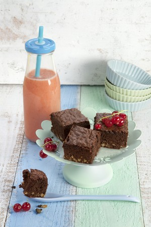 Strawberry and almond smoothie, with red currant, cocoa, and nut cake LANG_EVOIMAGES