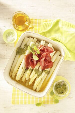 lemon balm: Oven-baked asparagus with pesto, lemon balm and bresaola