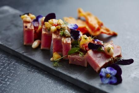 Flash fried tuna on salsa with vegetable crisps LANG_EVOIMAGES
