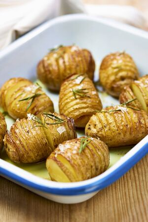 Hasselback potatoes with salt and rosemary LANG_EVOIMAGES