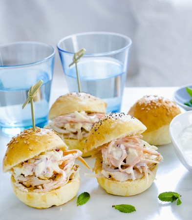 Mini hamburgers with pulled chicken and coleslaw LANG_EVOIMAGES