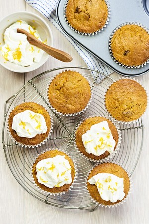 tin: Carrot muffins with fresh cream cheese LANG_EVOIMAGES