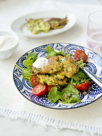 Zucchini fritters with spinach and tomatoes LANG_EVOIMAGES