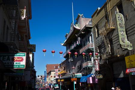 afflux: SAN FRANCISCO, CA - CIRCA mars 2015 - Grand coup de Red Lanterns pendre dans une rue historique � Chinatown, San Francisco �tats-Unis, attestant de la grand melting pot d'Am�rique en raison de l'afflux d'immigrants au cours des ann�es.