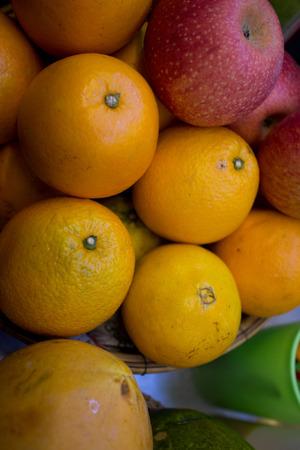 jugo de frutas: Las naranjas y una manzana en la compra de un jugo de frutas del vendedor en Asia Foto de archivo