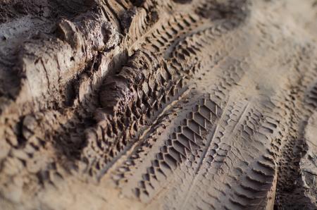 huellas de llantas: Medio Cerca de pistas de motos y coches en el barro. El lodo marrón textura es aún parcialmente húmedo y todavía no se ha secado.