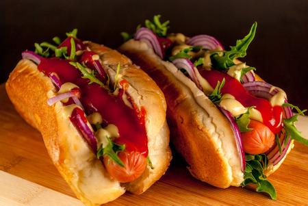 Perro caliente fresca con salsa de tomate y verduras Foto de archivo