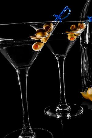 copa martini: Vidrio de Martini con oliva sobre fondo negro
