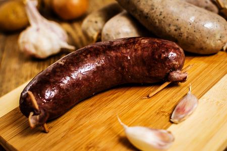 Tschechische traditionelle Blutwurst und Wurstfleisch auf Holz