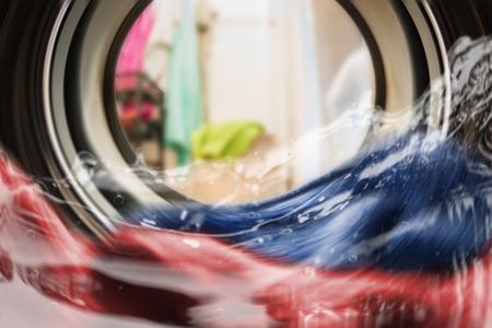 Kleur kleding in de wasmachine. in zicht