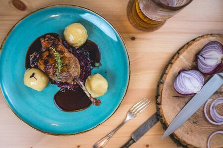 roasted duck leg with red cabbage and dumplings Imagens